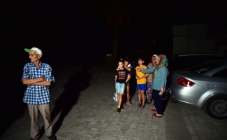 Akyaka'da aileler termik santralin çevresinden tahliye edilenleri bekliyor