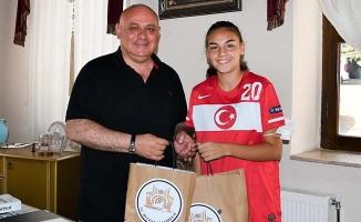 Başkan Şevik'ten Milli futbolcu Sıla'ya destek