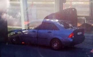 Yanan otomobilden son anda inerek kurtuldu