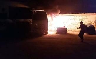 Minibüsün ardından otomobili ateşe verdi