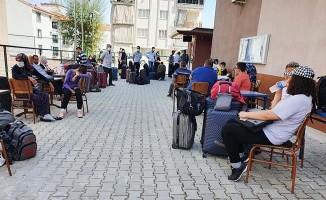 Üniversitelilerin dönüşüyle yurt önlerinde yoğunluk yaşanıyor