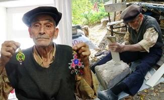 20 yıldır çıtlık ağacından nazarlık yapıp satıyor