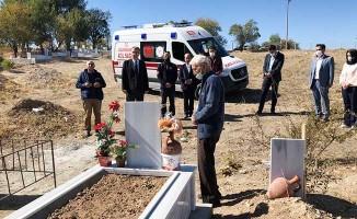 Eşinin vasiyeti olan ambulansla ilk önce mezarlığa gitti
