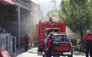 Fabrikada çıkan yangında 2 işçi dumanlardan etkilendi