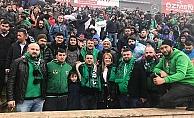 Açık trübünde maç izledi sosyal medya yıkıldı