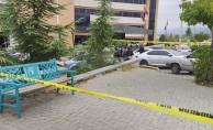Hastanenin önünde oturan doktor bacağından bıçaklandı