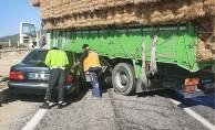 Otomobil saman yüklü kamyona çarptı: 4 yaralı