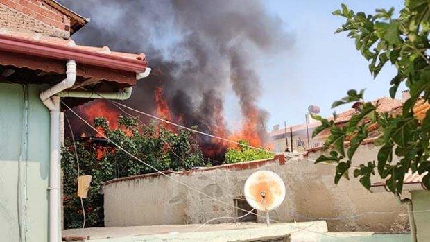 Alev alev yanan evin bitişiğindeki binalar yanmaktan son anda kurtarıldı