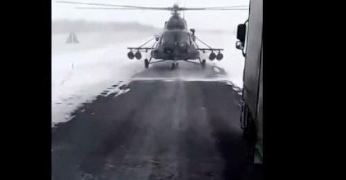 Yolunu kaybeden helikopter pilotu kamyon şoförüne yol sordu