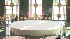 Cumhurbaşkanlığı Sarayındaki yemek masasının hazırlanışı.