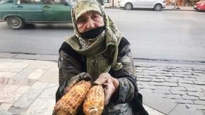 87 yaşındaki Hatice nine ekmeğini sokaktan kazanıyor